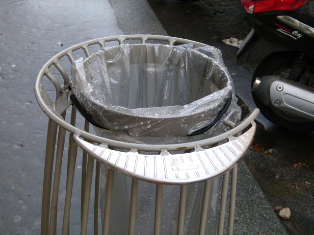 paris nouvelle poubelle de paris bagatelle from l institut francais du design martha pfeil. Black Bedroom Furniture Sets. Home Design Ideas